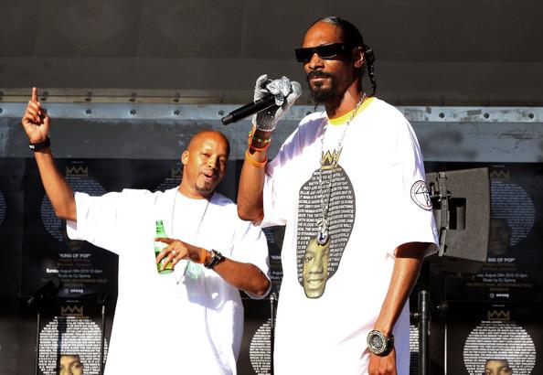 Snoop Dogg got his michael jackson shirt on