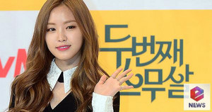 Son Na Eun gives a chic wave