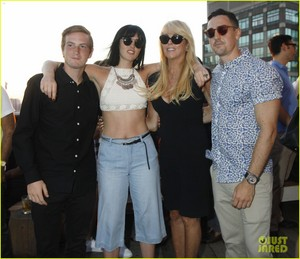 ali lohan gets support from family at ranbeeri denim launch party 05
