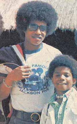 jackie jackson got his jackson 5 camisa, camiseta on with his brother randy jackson