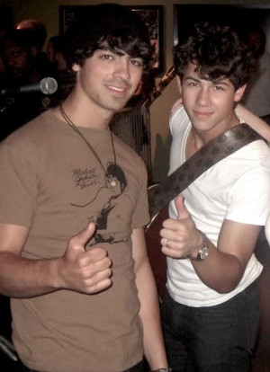 joe jonas got his michael jackson শার্ট on with his brother nick jonas