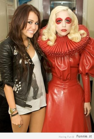miley cyrus got her michael jackson 셔츠 on with lady gaga