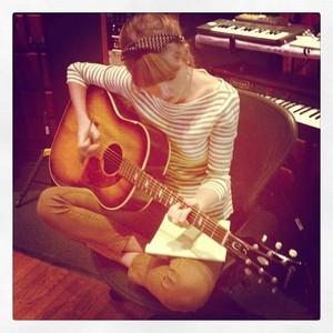 taylor with gitara