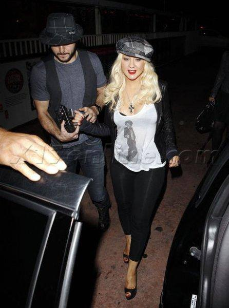 Christina Aguilera wears a कमीज, शर्ट of michael jackson