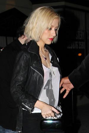 Christina Aguilera wears a 셔츠 of michael jackson ( xtina )