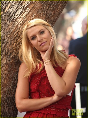 Claire Danes Receives étoile, star on Hollywood Walk of Fame!
