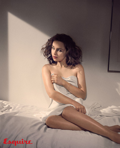 Emilia Clarke fond d'écran containing skin entitled Emilia Clarke at Esquire Photoshot
