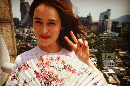 Emilia Clarke پیپر وال entitled Emilia in Korea
