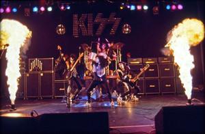 KISS ~Detroit, Michigan…May 1975 (Alive تصویر shoot - Michigan Palace)