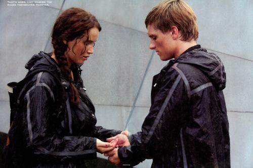 Catching fire wallpaper katniss and peeta kiss