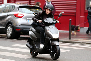 Kristen filming 'Personal Shopper' in Paris