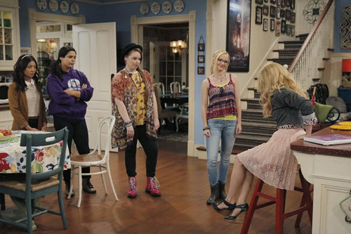Liv and Maddie দেওয়ালপত্র probably containing a brasserie, a bistro, and a ডিনার টেবিল titled Liv and Maddie
