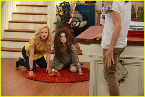 Liv and Maddie দেওয়ালপত্র probably containing a sign and a living room called Liv and Maddie