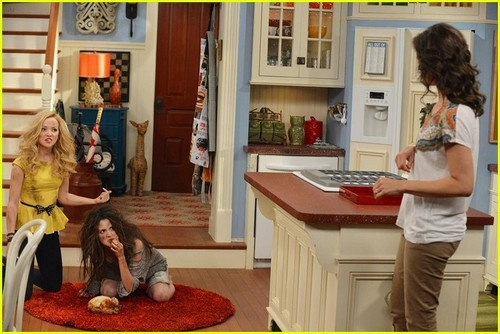Liv and Maddie দেওয়ালপত্র containing a living room, a drawing room, and a drawing room entitled Liv and Maddie