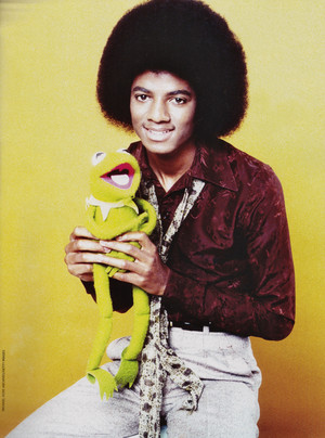 Michael Jackson - HQ Scan - Michael and Kermit the frog Photosession