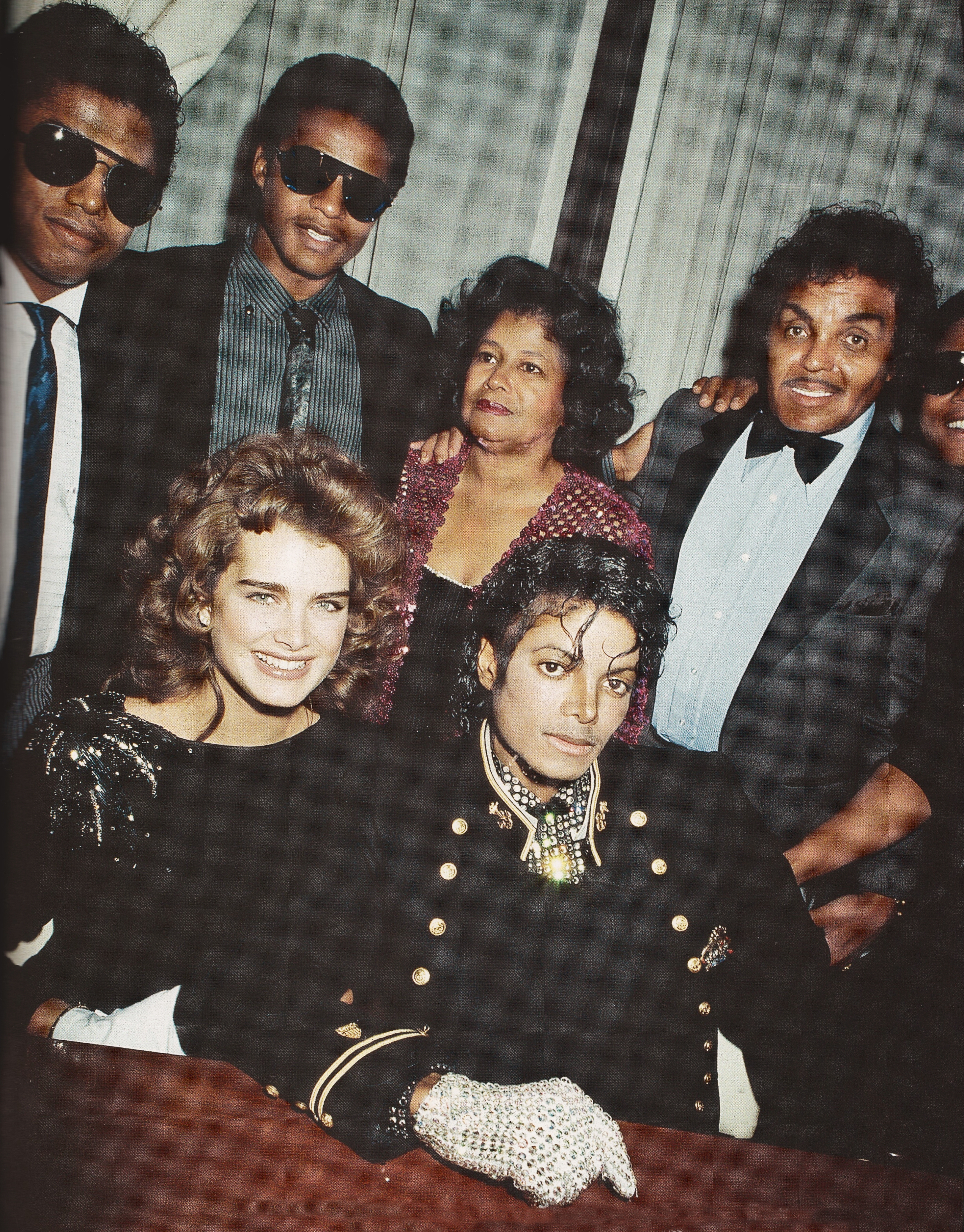 Michael Jackson - HQ Scan - Michael receives award from CBS and the Gines Book Of World Records