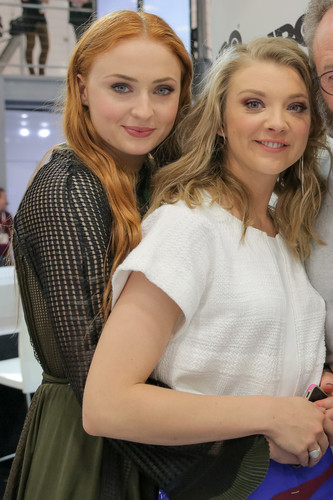 natalie dormer fondo de pantalla probably containing a cena, comedor and a calle entitled Natalie Dormer and Sophie Turner at 2015 San Diego Comic Con