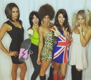 Nina Dobrev, Kayla Ewell and vrienden dressed as the Spice Girls for Halloween