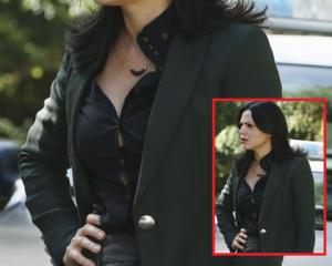Regina's kemeja buttons
