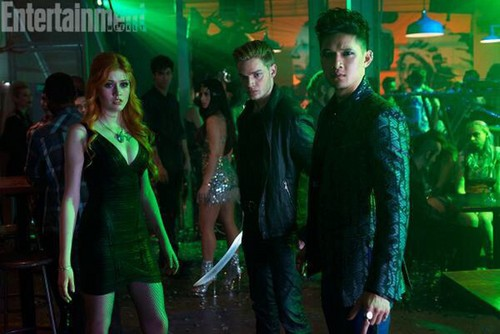 mortal na mga instrumento wolpeyper with a well dressed person titled Shadowhunters