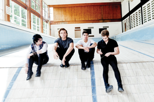 5 segundos of summer wallpaper with a business suit entitled Sounds Good Feels Good