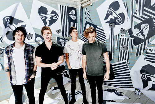 5 segundos of summer wallpaper possibly with a business suit, a sign, and a hip boot titled Sounds Good Feels Good Press fotografias