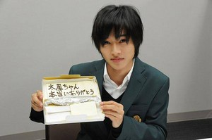 Tsuchiya Tao handwrites certificate for Kento, he gifts her a cake to mark 'orange' crankup
