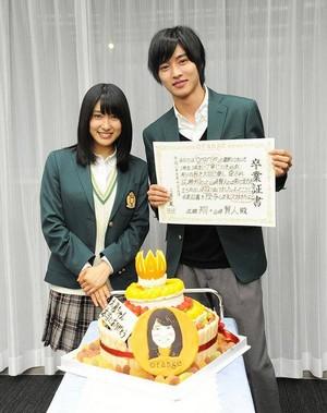 Tsuchiya Tao handwrites certificate for Kento, he gifts her a cake to mark 'orange' crankup
