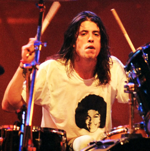 dave grohl from nirvana and foo fighters wears a shati of michael jackson