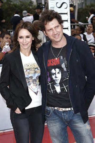 jennifer Cinta hewitt and jamie kennedy wears a baju of michael jackson