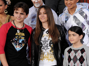 michael jackson's kids prince jackson , paris jackson and blanket jackson wears a áo sơ mi of mj