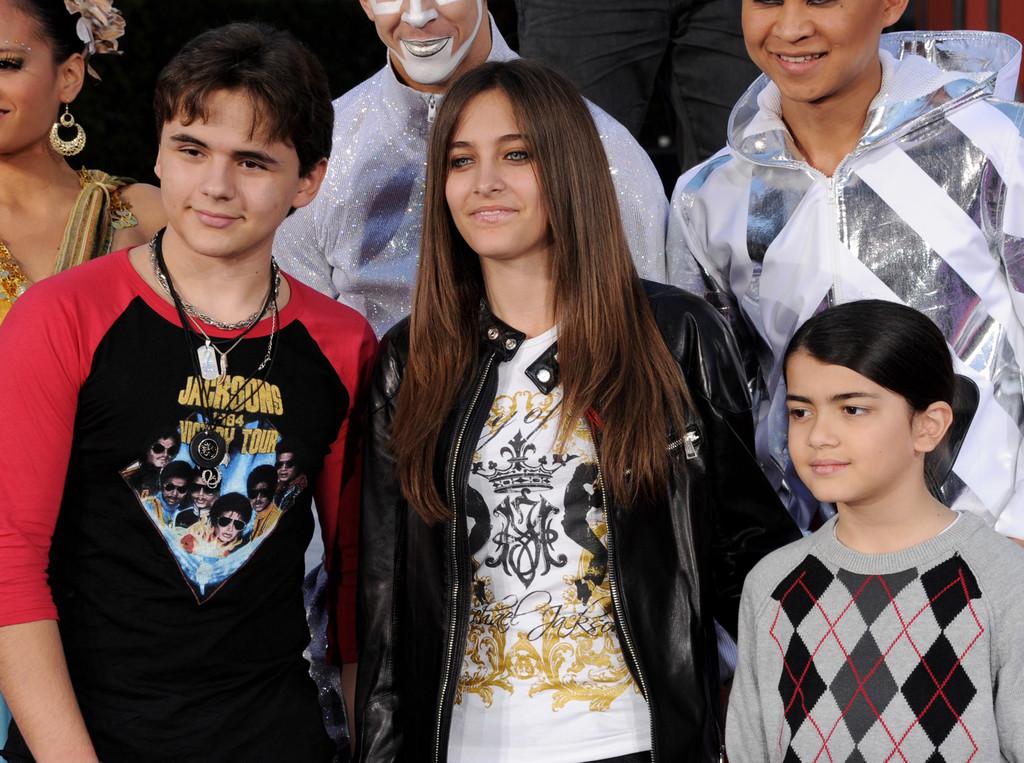 michael jackson's kids prince jackson , paris jackson and blanket jackson wears a শার্ট of mj