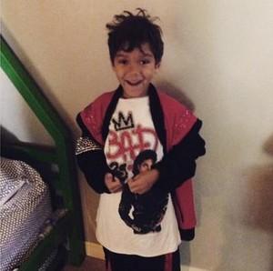 michael jackson's nephew taryll jackson's son bryce jackson wears a áo sơ mi of michael jackson