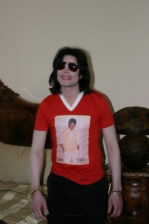 michael jackson wearing a рубашка of himself