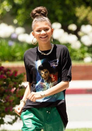 zendaya coleman wears a shati of michael jackson