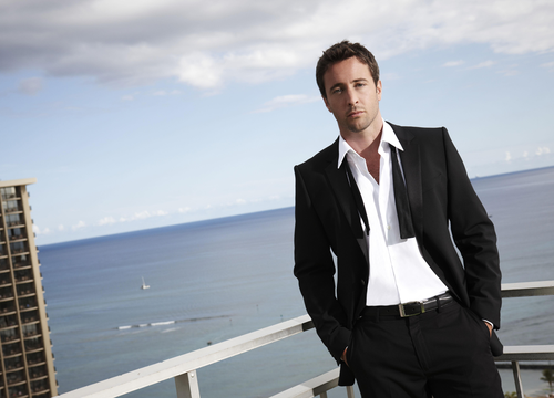 Alex O'Loughlin wallpaper containing a business suit, a suit, and a three piece suit titled Alex O'Loughlin