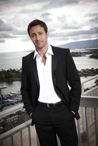 Alex O'Loughlin wallpaper containing a business suit, a suit, and a two piece called Alex O'Loughlin