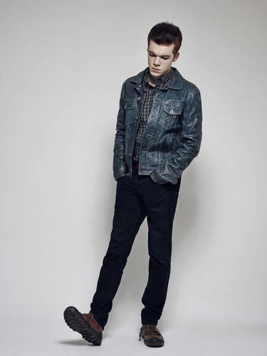 Cameron Monaghan 壁纸 possibly with bellbottom trousers, a well dressed person, and a pantleg, 裤裤 called Cameron Monaghan - Benjo Arwas Photoshoot - 2015