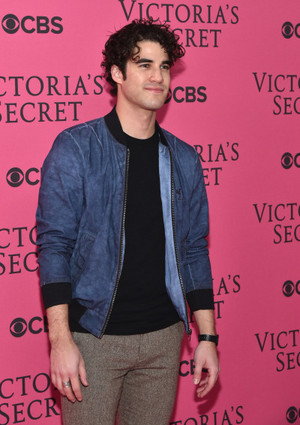 Darren at a Victoria's Secret दिखाना