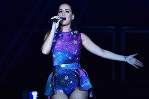 Katy Performs at Dubai Airport's Air Zeigen Gala