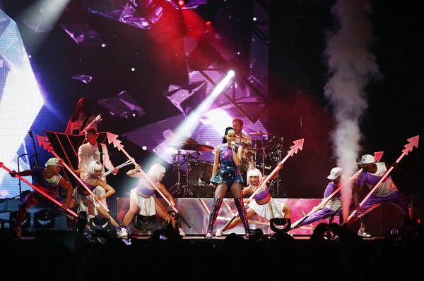 Katy Performs at Dubai Airport's Air Show Gala