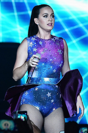Katy Performs at Dubai Airport's Air Show Gala
