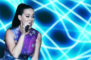 Katy Performs at Dubai Airport's Air প্রদর্শনী Gala