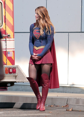 Supergirl (2015 TV Series) hình nền with a hip boot and bare legs called Melissa Benoist