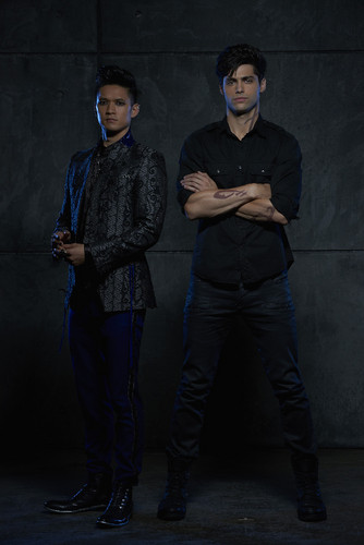 Alec & Magnus fondo de pantalla possibly containing a well dressed person, an outerwear, and a box capa titled Shadowhunters - Malec - Promotional foto