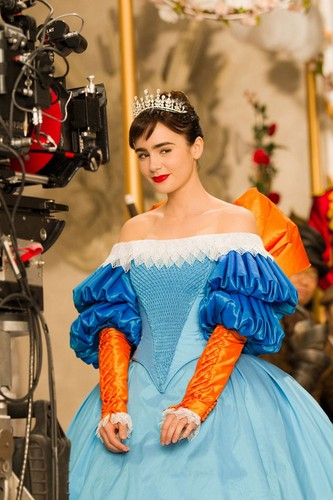 I Liebe Mirror Mirror Hintergrund probably containing a polonaise, a kirtle, and a abendessen dress called mirror mirror lily collins