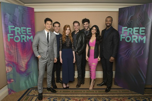 Shadowhunters TV ipakita wolpeyper probably containing a business suit and a bridesmaid called 2016 Winter TCA Tour - araw 5