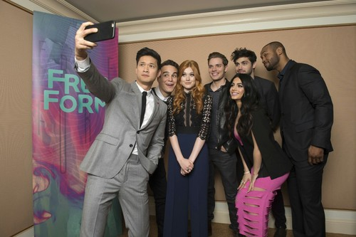 Shadowhunters TV Zeigen Hintergrund containing a business suit and a well dressed person called 2016 Winter TCA Tour - Tag 5
