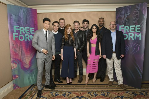 Shadowhunters TV Zeigen Hintergrund containing a business suit entitled 2016 Winter TCA Tour - Tag 5