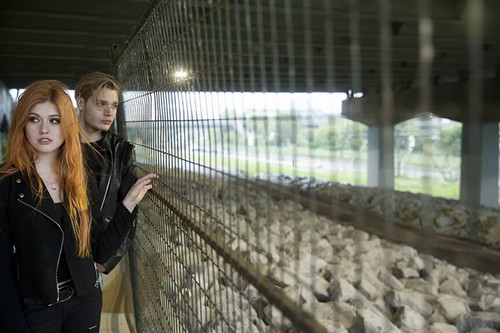 Shadowhunters TV Zeigen Hintergrund with a chainlink fence called Clace